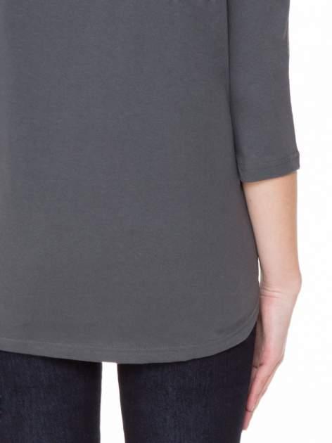 Ciemnoszara gładka bluzka z ozdobnymi przeszyciami                                  zdj.                                  8