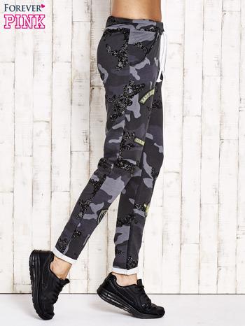 Ciemnoszare ocieplane spodnie dresowe motyw moro                                  zdj.                                  2