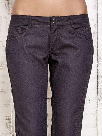Ciemnoszare spodnie rurki w jodełkę                                  zdj.                                  4