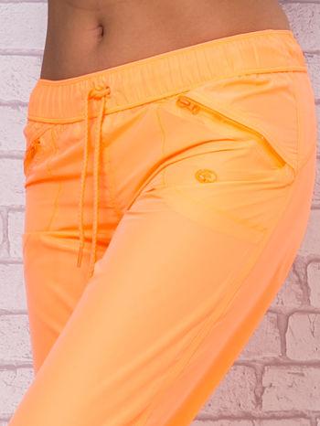 Ciemnoszare spodnie sportowe capri z wiązaniem                                  zdj.                                  3