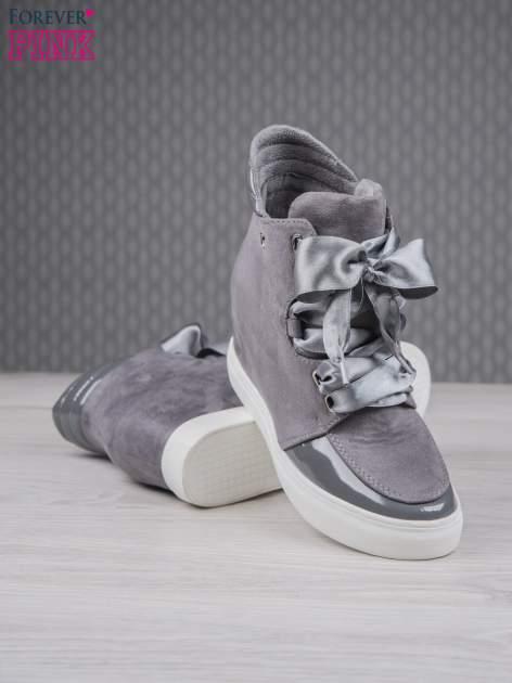 Ciemnoszare zamszowe sneakersy z koturnem i atłasową wstążką Satina                                  zdj.                                  4