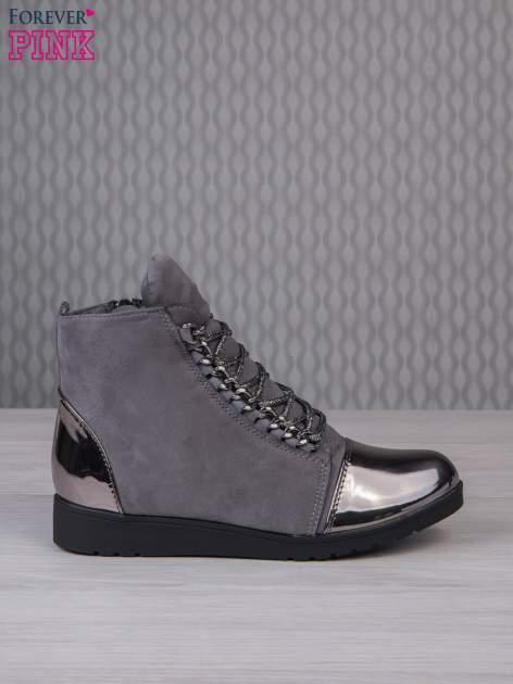 Ciemnoszare zamszowe sneakersy z lustrzanymi elementami                                  zdj.                                  1