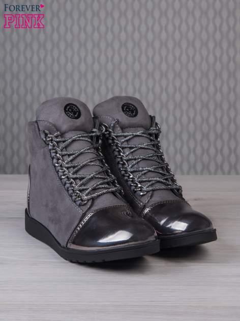 Ciemnoszare zamszowe sneakersy z lustrzanymi elementami                                  zdj.                                  2