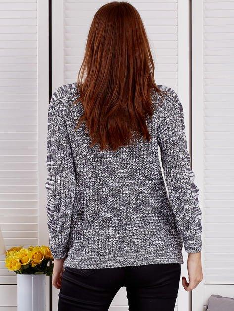 Ciemnoszary melanżowy sweter z warkoczowymi splotami                                  zdj.                                  2