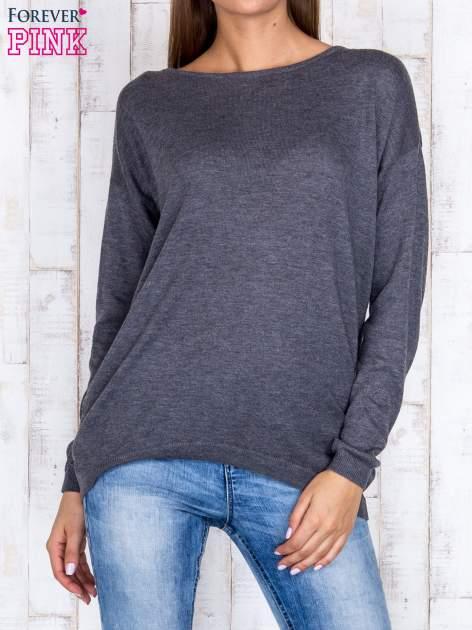 Ciemnoszary nietoperzowy sweter oversize z dłuższym tyłem