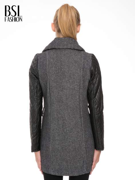 Ciemnoszary płaszcz ze skórzanymi pikowanymi rękawami                                  zdj.                                  4