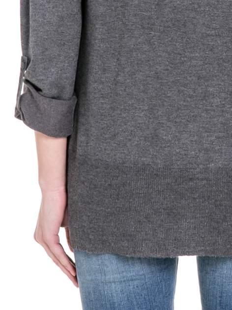 Ciemnoszary sweter narzutka z wywijanymi rękawami                                  zdj.                                  6