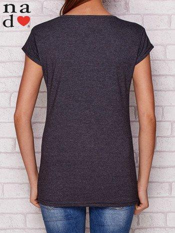 Ciemnoszary t-shirt W PRACY NAJBARDZIEJ LUBIĘ PIĄTEK I WYPŁATĘ