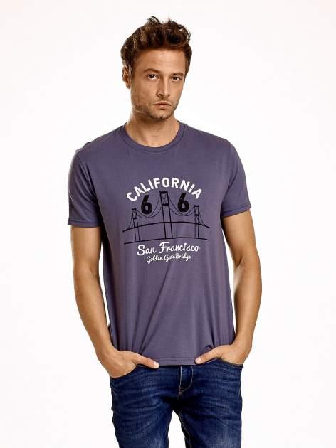 Ciemnoszary t-shirt męski z nadrukiem mostu i napisem CALIFORNIA 66