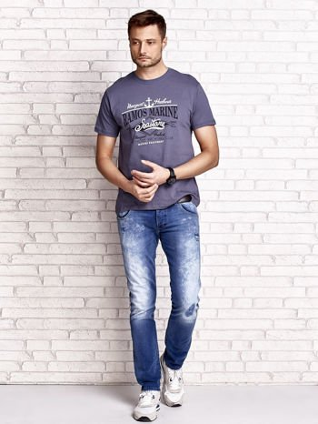 Ciemnoszary t-shirt męski z napisami i kotwicą                                  zdj.                                  4