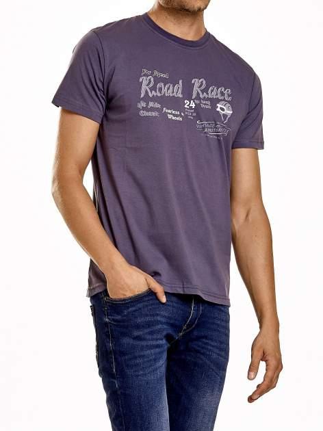 Ciemnoszary t-shirt męski z wyścigowym napisem ROAD RACE                                  zdj.                                  4
