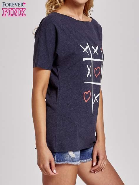 Ciemnoszary t-shirt z motywem serce i krzyżyk                                  zdj.                                  3