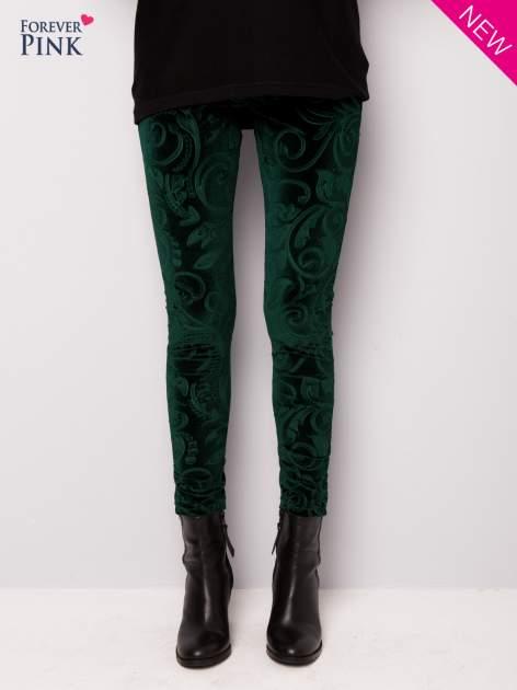Ciemnozielone legginsy z weluru tłoczone w roślinny wzór                                  zdj.                                  1