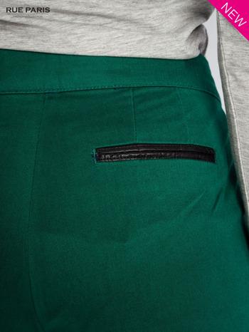 Ciemnozielone spodnie cygaretki ze skórzaną lamówką przy kieszeniach                                  zdj.                                  6