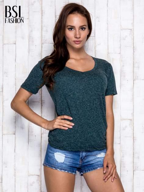 Ciemnozielony melanżowy t-shirt z trójkątnym dekoltem                                  zdj.                                  3