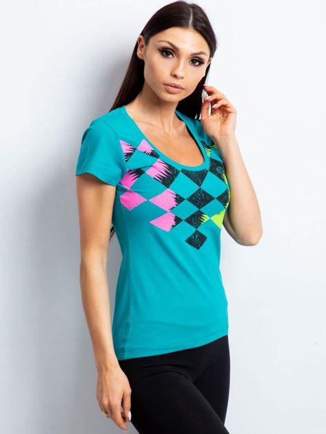 Ciemnozielony t-shirt z nadrukiem kolorowych rombów