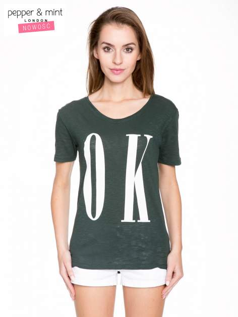 Ciemnozielony t-shirt z napisem OK