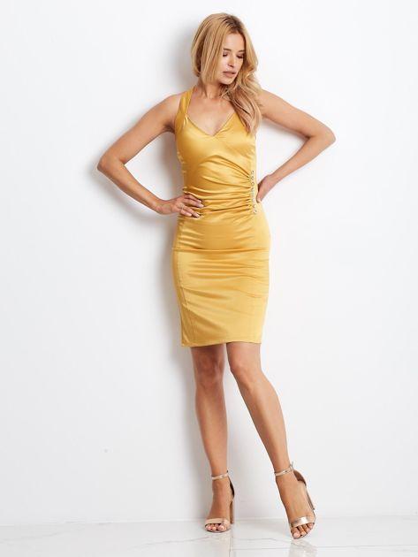 Ciemnożółta satynowa sukienka z koronkową wstawką z tyłu                              zdj.                              6