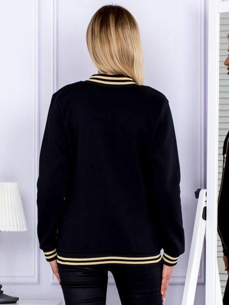 Czarna bluza bomberka z naszywką litery                                  zdj.                                  2