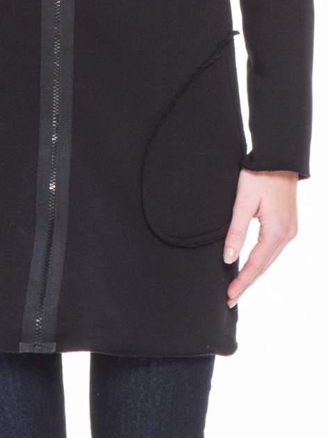 Czarna bluza na suwak z kapturem z surowym wykończeniem                                  zdj.                                  6