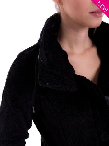 Czarna bluza pluszowa z wysokim kołnierzem                                  zdj.                                  7