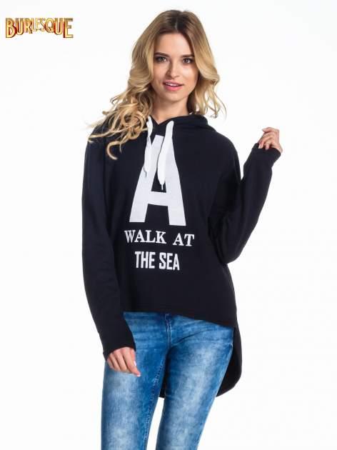 Czarna bluza z kapturem i napisem A WALK AT THE SEA