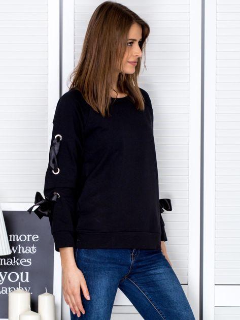 Czarna bluza z kokardami na rękawach                              zdj.                              5