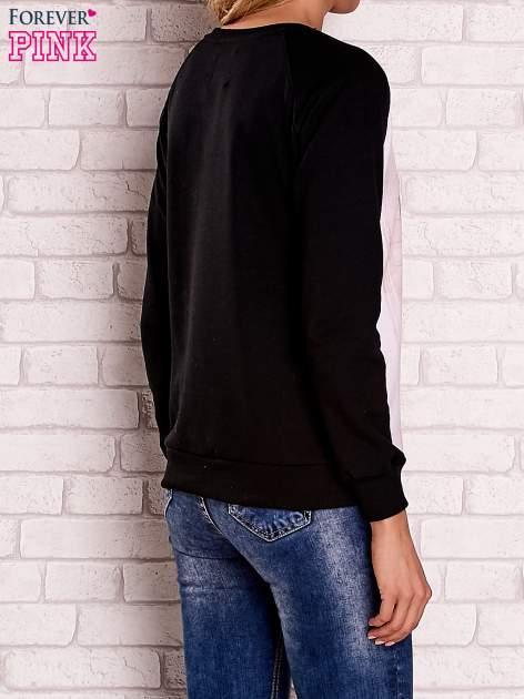 Czarna bluza z nadrukiem dziewczyny i napisem                                  zdj.                                  4