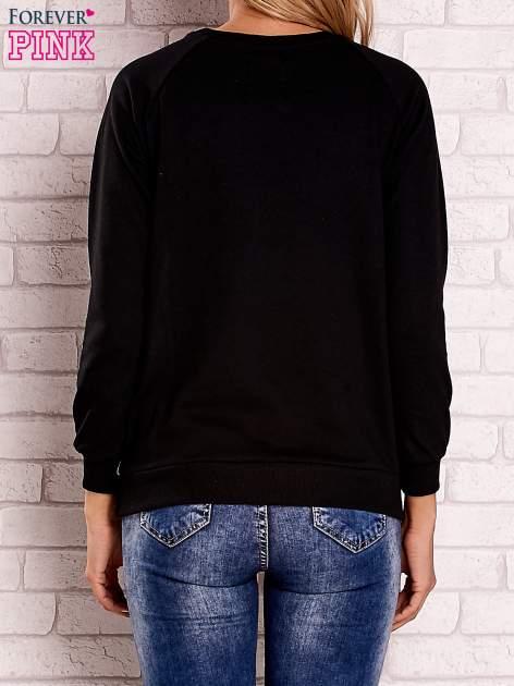 Czarna bluza z nadrukiem kotów i napisem                                  zdj.                                  4