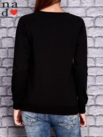 Czarna bluza z napisem CODZIENNIE BUDZĘ SIĘ PIĘKNIEJSZA                                  zdj.                                  4
