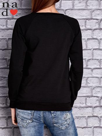 Czarna bluza z napisem MŁODA PIĘKNA NIEWYSPANA                              zdj.                              4