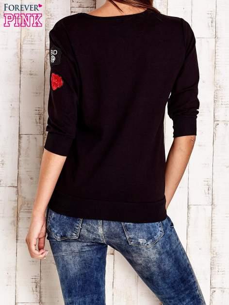 Czarna bluza z naszywkami na rękawie                                  zdj.                                  4