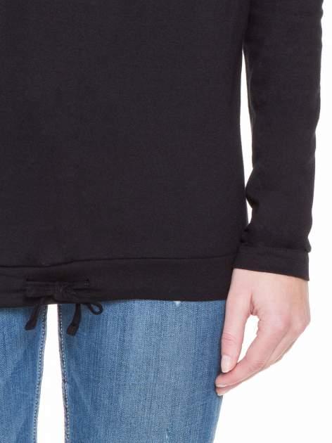 Czarna bluzka dresowa z kołnierzokapturem i ściągaczem na dole                                  zdj.                                  6