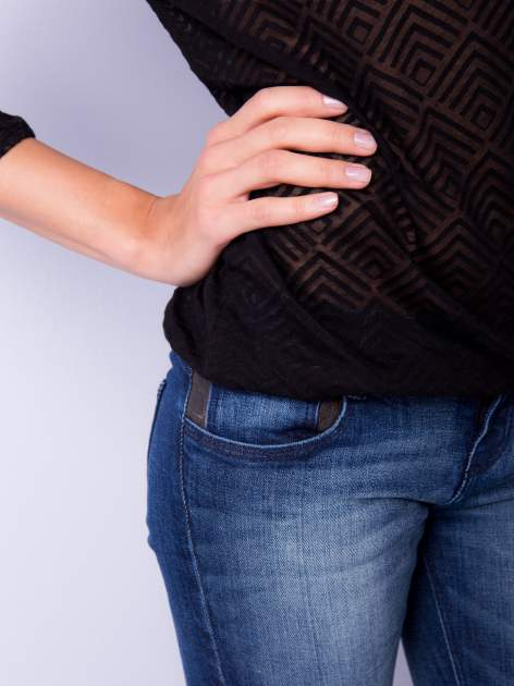 Czarna bluzka w geometryczny wzór z łezką z przodu                                  zdj.                                  4