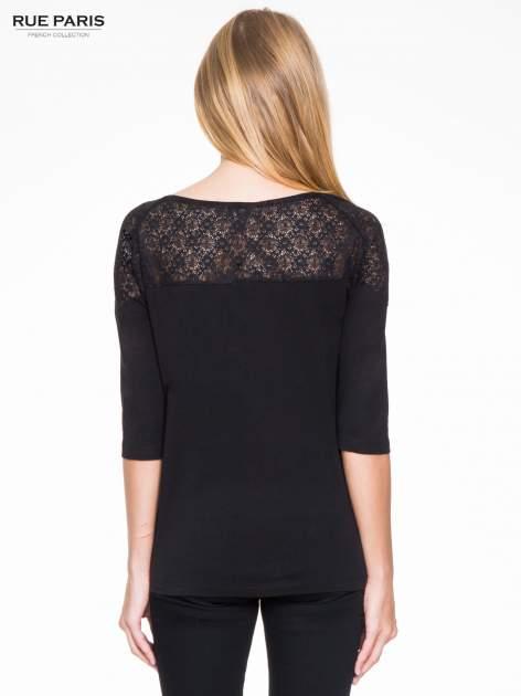 Czarna bluzka z koronkową wstawką na ramionach                                  zdj.                                  4