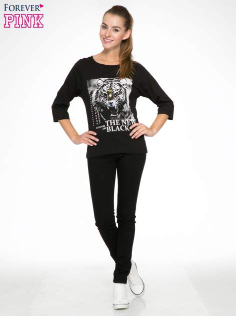 Czarna bluzka z nadrukiem tygrysa i napisem THE NEW COLOURS ARE BLACK                                  zdj.                                  5