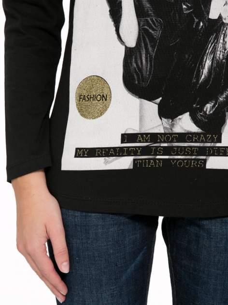 Czarna bluzka z napisem CRAZY i nadrukiem fashionistek                                  zdj.                                  8