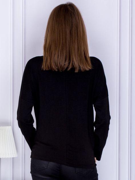 Czarna bluzka z naszyjnikiem                              zdj.                              2