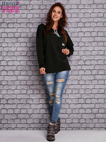Czarna bluzka z wiązaniem przy dekolcie i kieszenią                                  zdj.                                  2