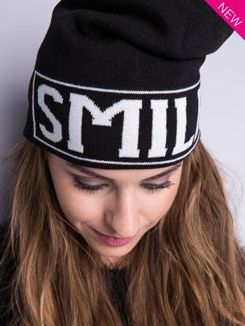 Czarna czapka beanie z kontrastowym napisem SMILE                                  zdj.                                  2