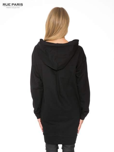 Czarna dresowa bluzosukienka z kapturem i kieszenią typu kangur                                  zdj.                                  4