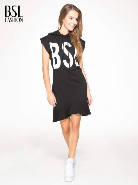 Czarna dresowa sukienka z kapturem i falbaną na dole z napisem BSL                                  zdj.                                  4