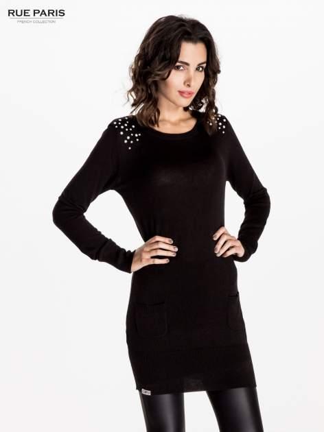 Czarna dzianinowa sukienka z perełkami na ramionach                                  zdj.                                  1