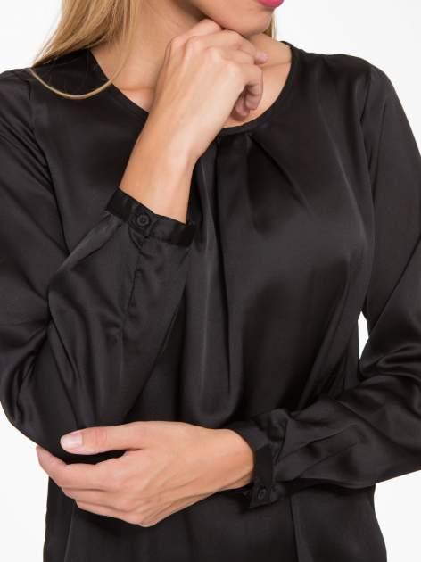 Czarna elegancka atłasowa koszula z zakładkami przy dekolcie                                  zdj.                                  6