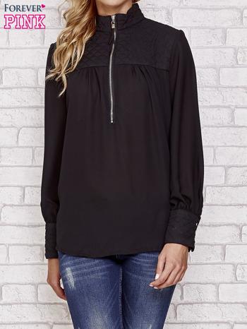 Czarna elegancka koszula z pikowanymi wstawkami i suwakiem