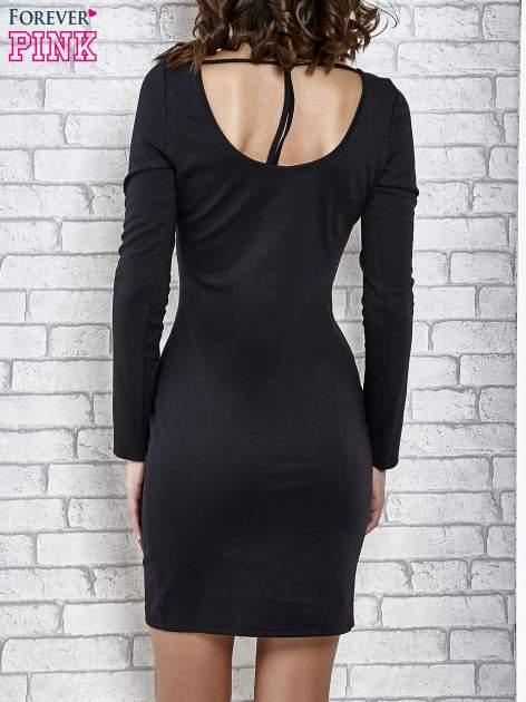 Czarna gładka sukienka z dekoltem na plecach                                  zdj.                                  2