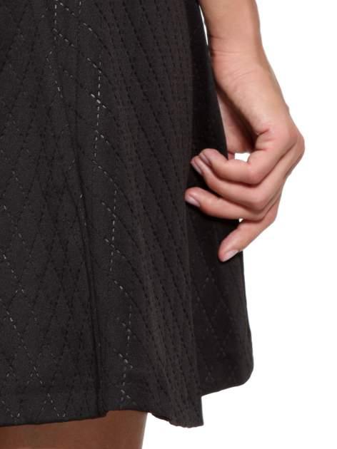 Czarna klasyczna sukienka z rozkloszowanym dołem w pikowany wzór                                  zdj.                                  10