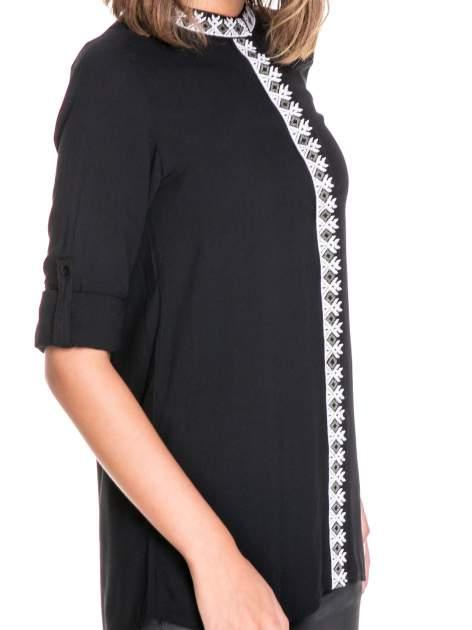 Czarna koszula w stylu boho ze wzorzystą listwą i kołnierzykiem                                  zdj.                                  6