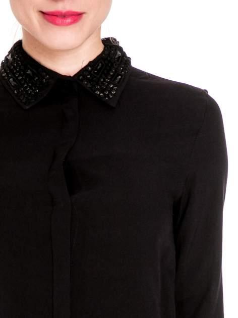 Czarna koszula z biżuteryjnym kołnierzykiem                                  zdj.                                  7