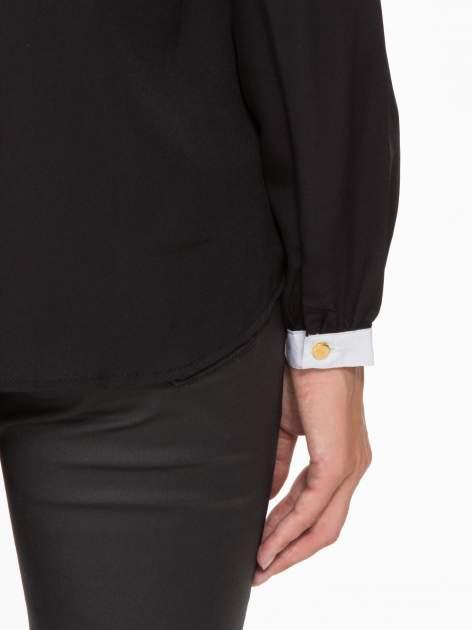 Czarna koszula z kontrastową lamówką przy dekolcie i mankietami                                  zdj.                                  10